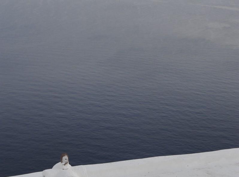 A flanc de montagne, les petites maisons blanches de Santorini