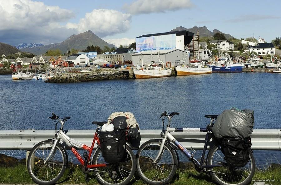 Nos vélos (version compacte) tout près de la ville de Stamsund, Lofoten