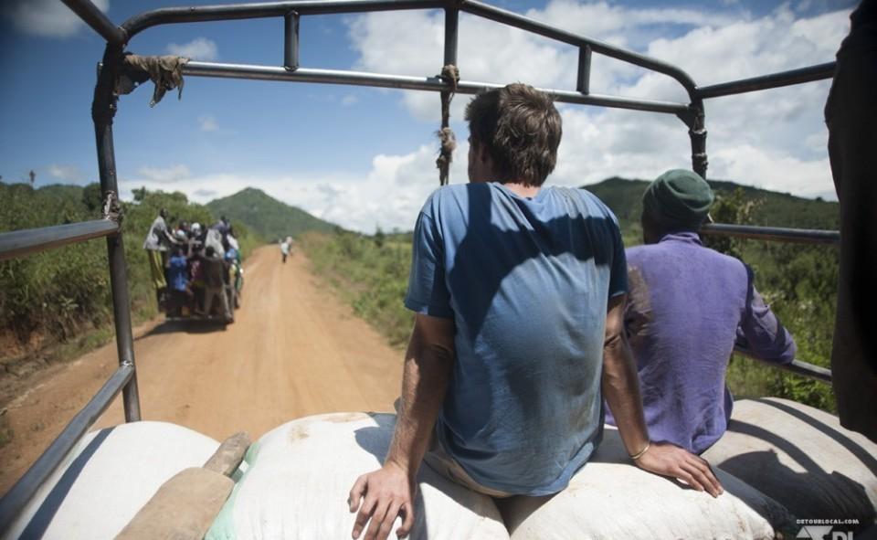 Trajet en camion assit sur des sacs de maïs