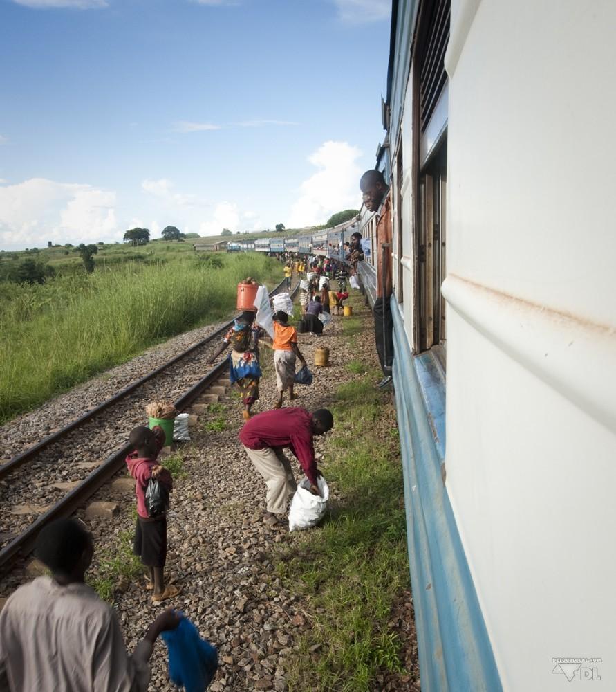 Sur le trajet de train entre Mbeya et Dar es Salaam avec les vendeurs ambulants sortant de nulle part