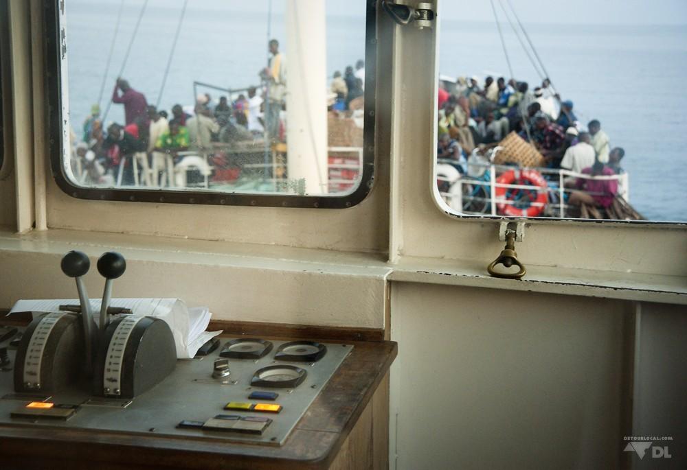 Vue de la cabine du capitaine surplombant le pont principal