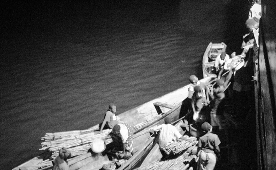 Embarquement de nuit de marchandises sur le lac Tanganyika