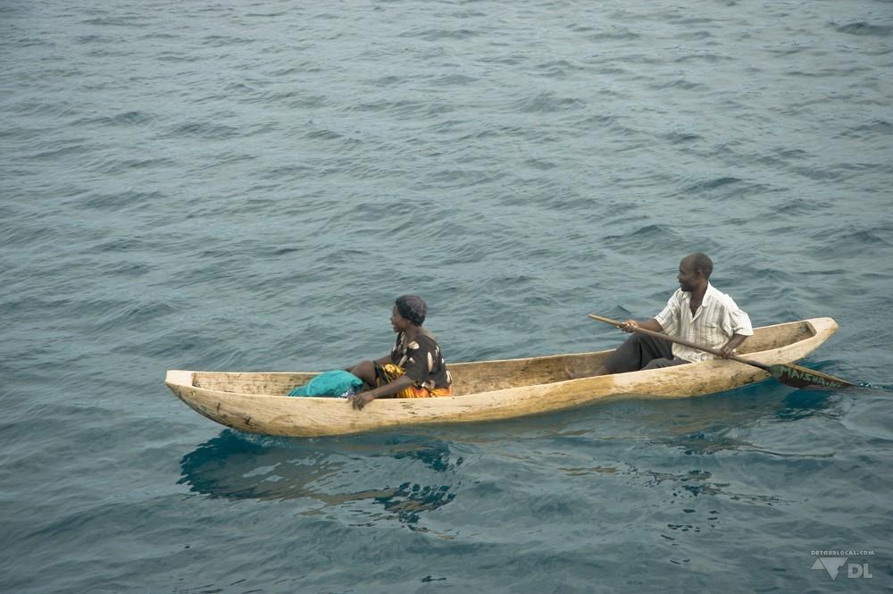 Bateau taxi sur le lac Tanganyika avec une mama à bord