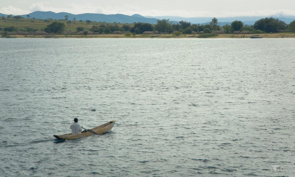 Bateau taxi retourne à la maison sur les rives du lac Tanganyika