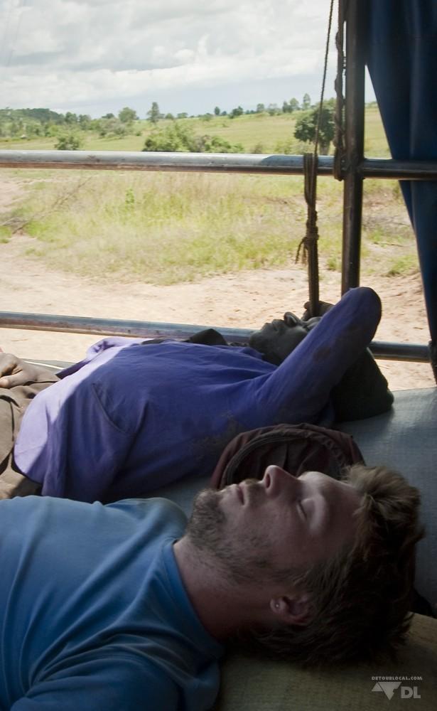 Petite sieste sur des sac de maïs en direction de Sumbawanga