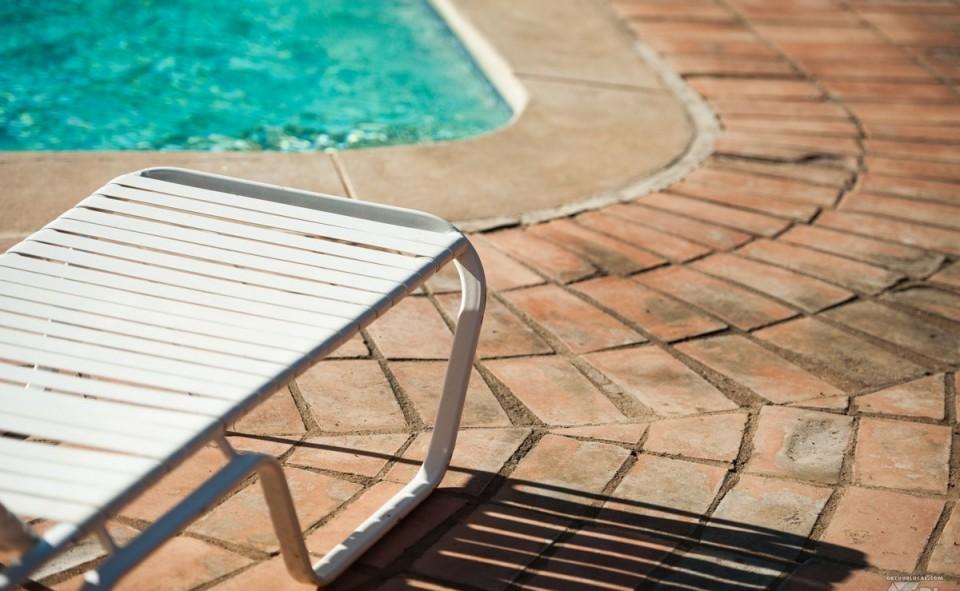 Une chaise longue sur le bord de la piscine, c'est complètement hors saison