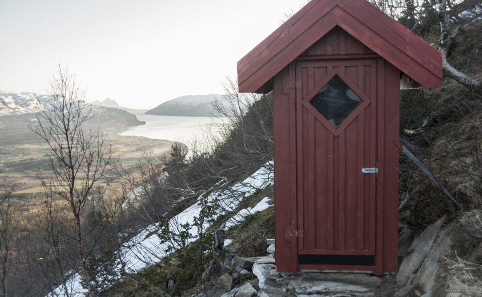 toilette sèche avec vue sur le fjord