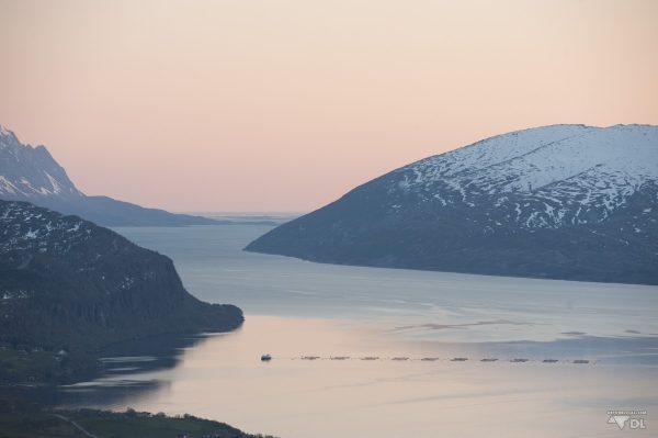 soleil de minuit sur le fjord