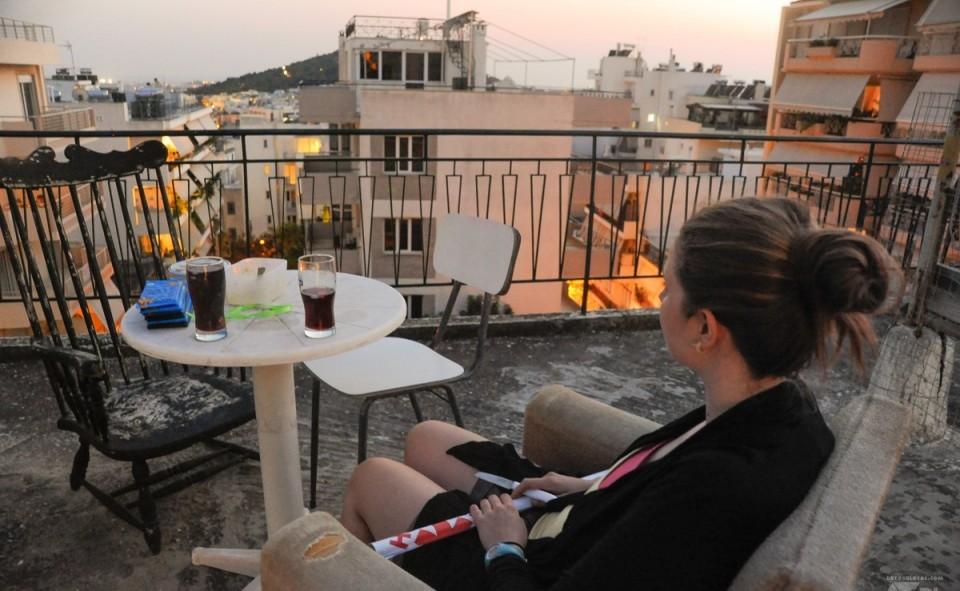 Alizé en admiration devant la vue des toits de notre balcon. Apéro priceless !