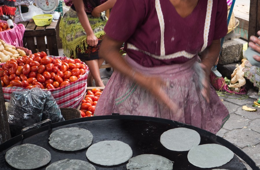 Voici le tap tap quotidien des femmes du Guatemala sur la plancha