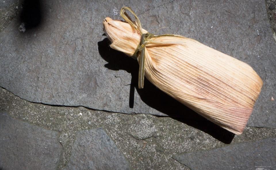 Chuchitos enveloppé d'une feuille de maïs pour le transport