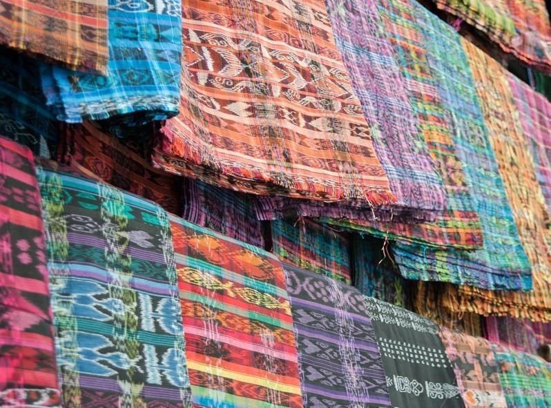Les habits traditionnels des femmes du village aux multiples couleurs