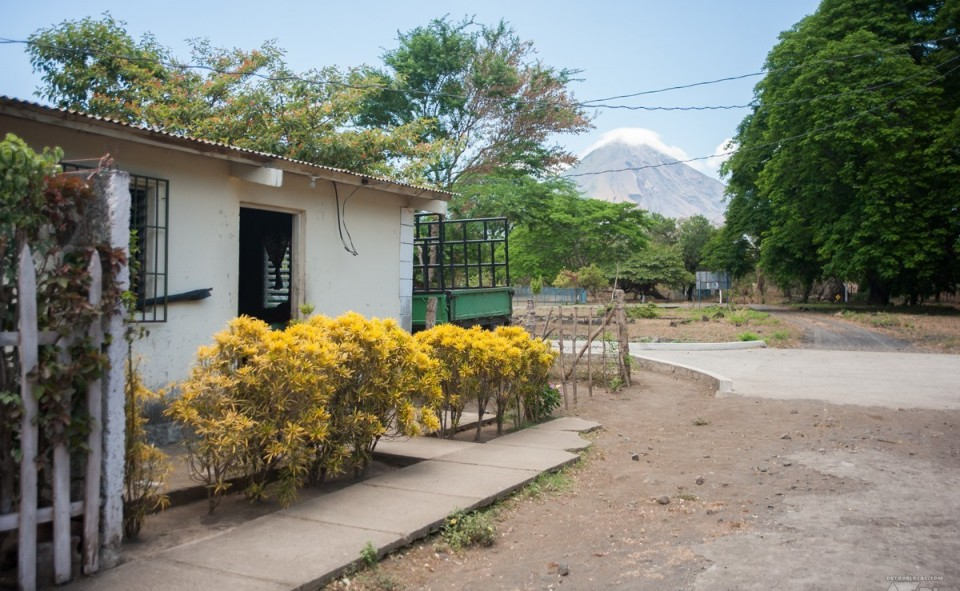Petit village tout près de notre commune avec un des deux volcans en arrière plan