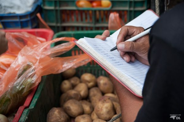 Le marchand de légumes du vendredi qui fait ses comptes