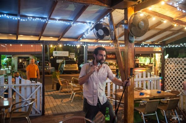 Max en plein karaoke au The Palms... attention!