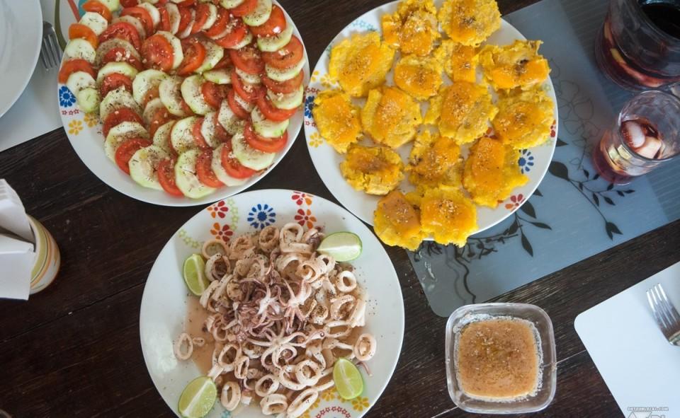 Calamar frit, tostones maison sur les abords du Pacifique, Panama