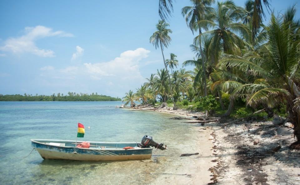Île déserte, accessible seulement à travers la communauté locale des Kunas