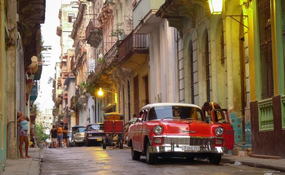 Une fin de soirée dans les rues animées près de notre casa particular à Cuba