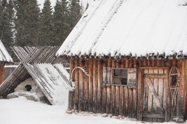 Petite cabane ou shack typique des premiers postes de traite des fourrures