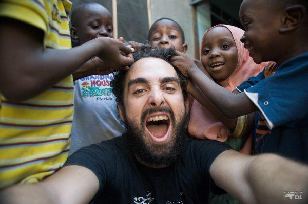 Maxime entouré des jeunes de l'orphelinat