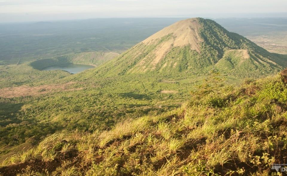 Vue au sommet du mont El Hoyo à la fin d'une journée d'excursion sous le chaud soleil du Nicaragua