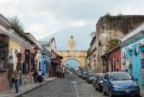 La magnifique petite ville d'Antigua et sa fameuse porte