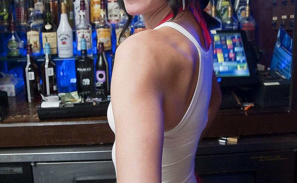Il est normal de laisser un pourboire aux serveuses aux tables, tant celles du bar
