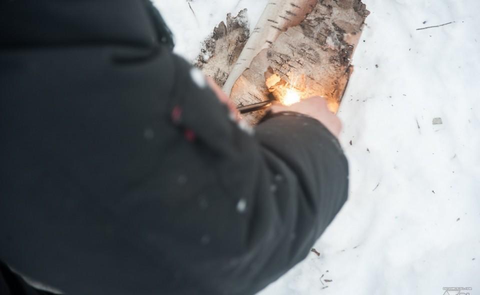 Alex qui nous montre sa technique pour allumer un feu avec des étincelles