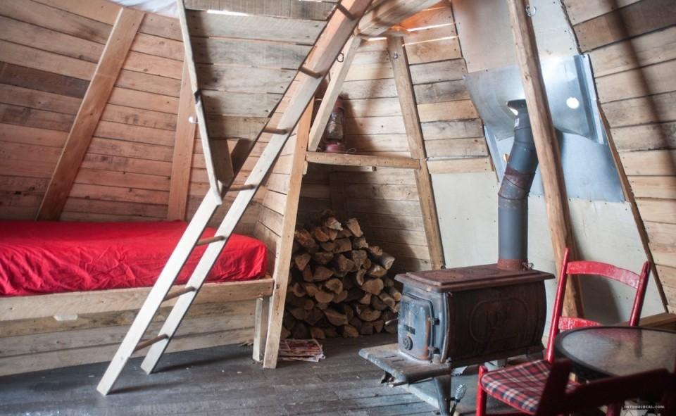 L'intérieur d'un des tipis du sommet. Rustique et très confortable.