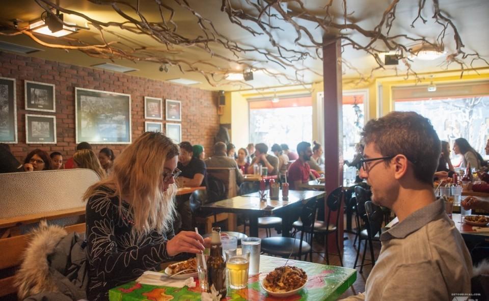 La salle à manger du restaurant la Banquise à Montréal, toujours bien pleine
