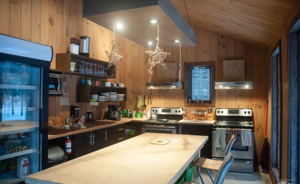 La cuisine de l'espace commune, une vraie belle cabane de bois
