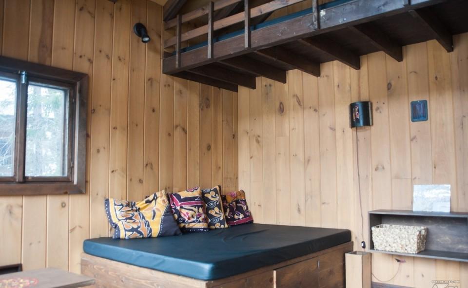 L'intérieur de notre petite cabane de bois sur pilotis
