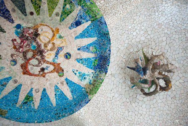 Il faut lever la tête pour admirer cette formidable fresque du Parc Güel