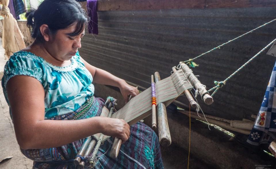 Guatemala, San Juan. Maria m'explique comment tisser
