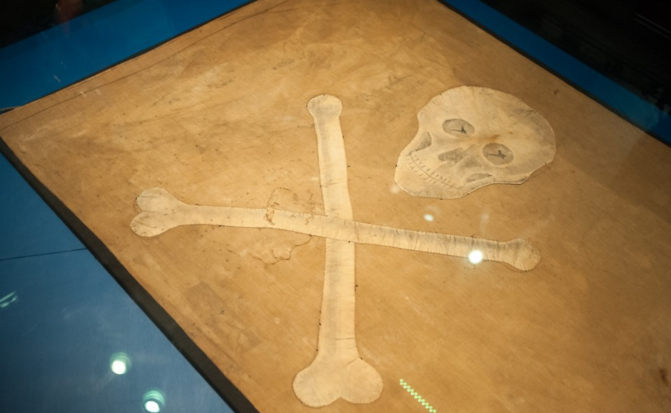 Un drapeau de pirate original dans un musée naval de Marieham en Finlande