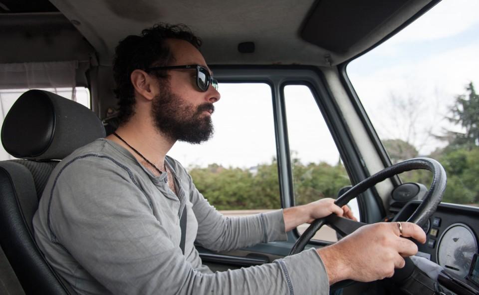 Max à bord de Keekoh le van. Admirez le volant géant...