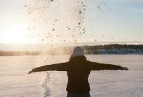 Alizé qui pose devant le soleil qui se couche en Finlande