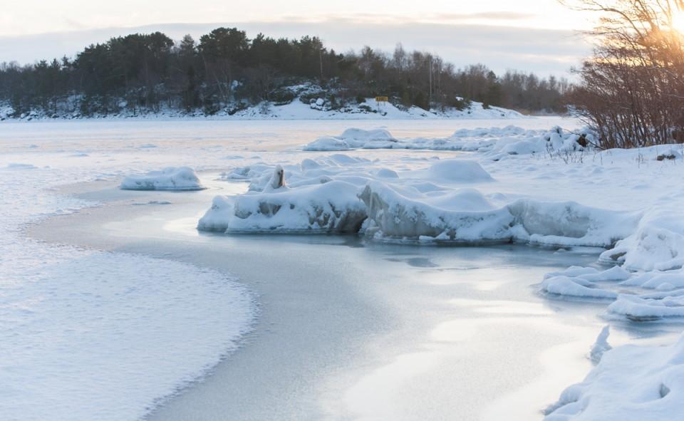 La glace au bord de l'eau qui donne un aperçu très visuel du froid intense des environs