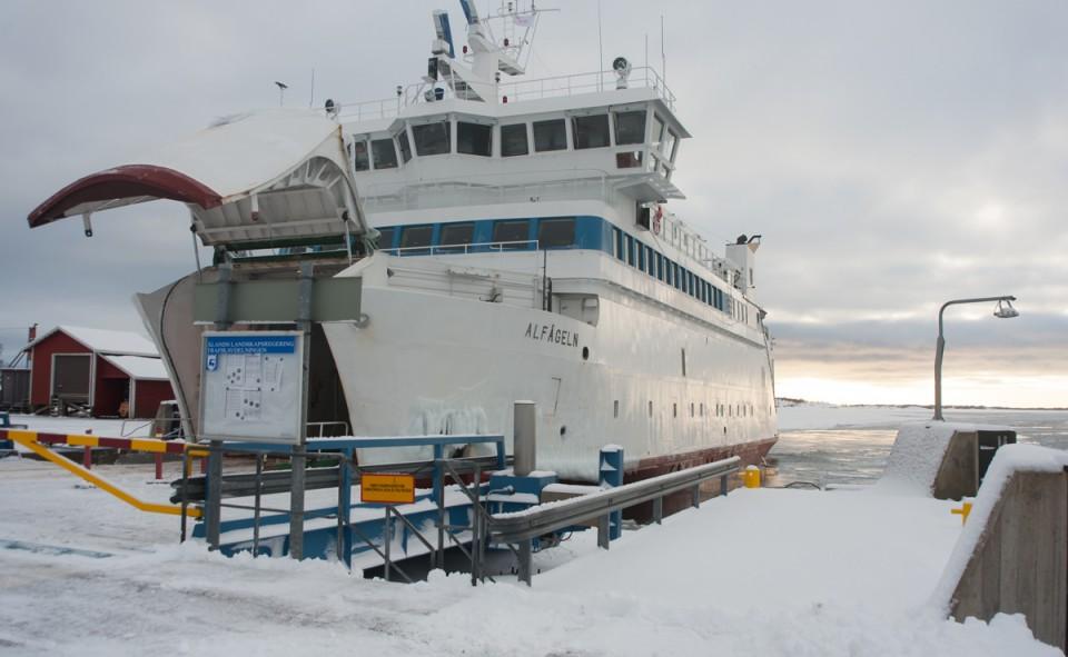 Les voitures comme les passagers peuvent passer dans les bateaux qui desservent les îles Aland en Finlande