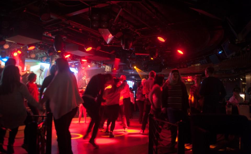 La nuit typique à bord d'un des bateaux Viking Lines au son de la disco endiablée