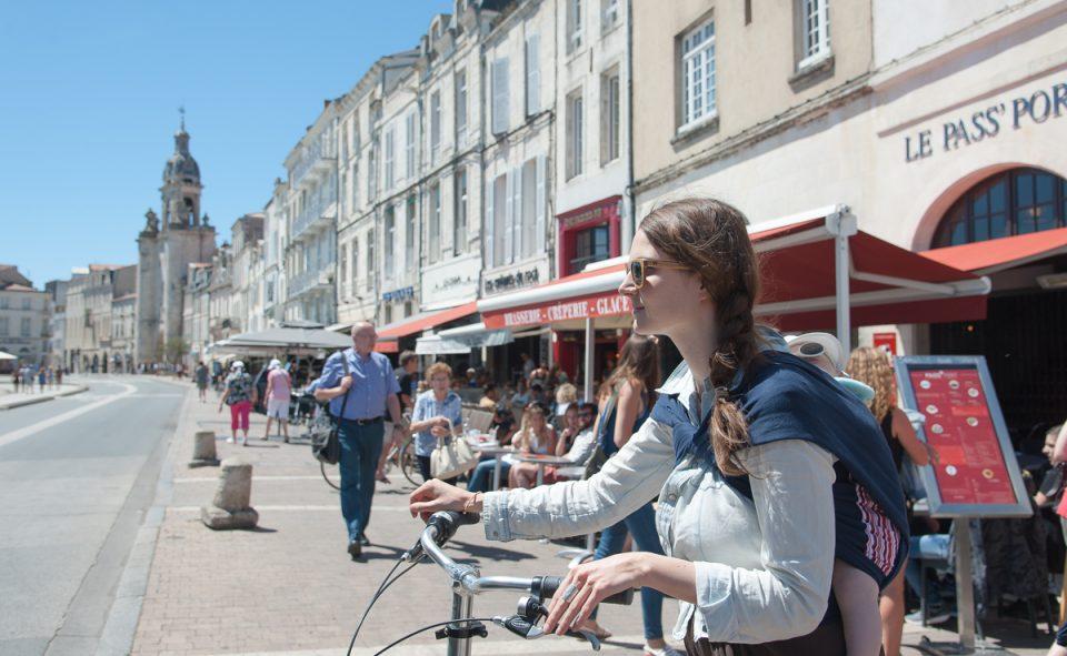 Plus rapide et plus pratique avec un jeune enfant, visiter La Rochelle à vélo, c'est chouette