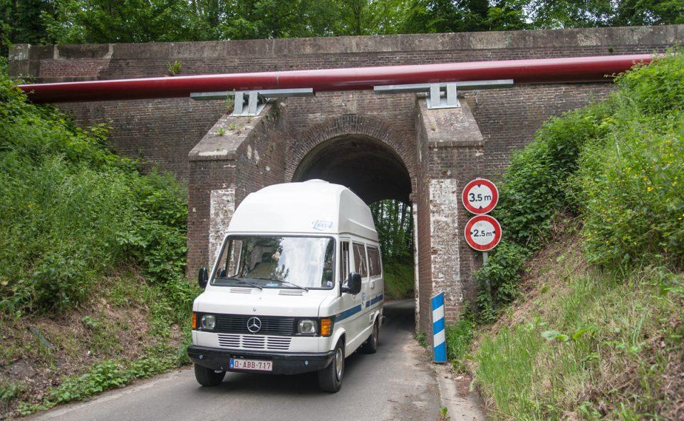 Les barres de hauteurs ou les ponts sont à surveiller lorsqu'on roule à bord d'un van avec une rehausse