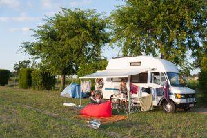 Inviter des amis à dormir lors d'un voyage en van. Roadtrip en France