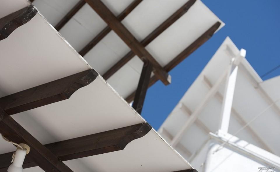 Tout de blanc et de pureté, il est agréable de profiter du beau temps à Santorini