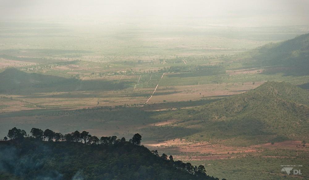 Magnifique contraste des montagnes et de la savane tout près d'Arusha
