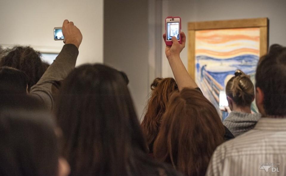 Oeuvre de Munch, le cri, au musée MOMA, New York. Pourquoi ne pas profiter de l'oeuvre avec ses yeux?