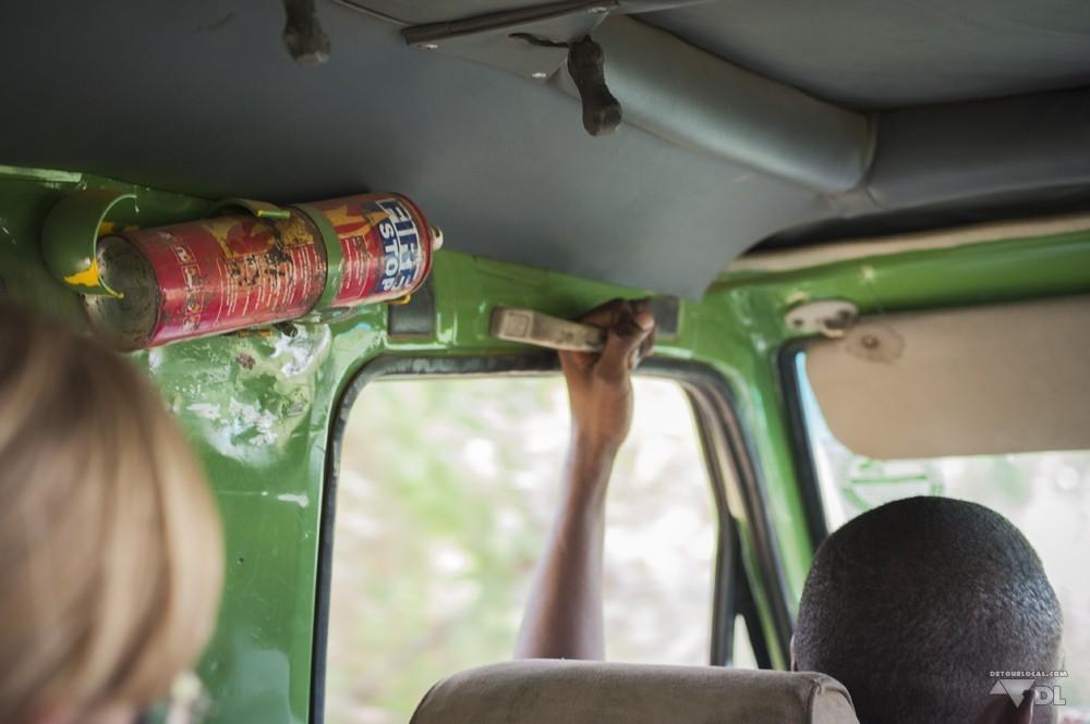 Bien accrochés dans la jeep