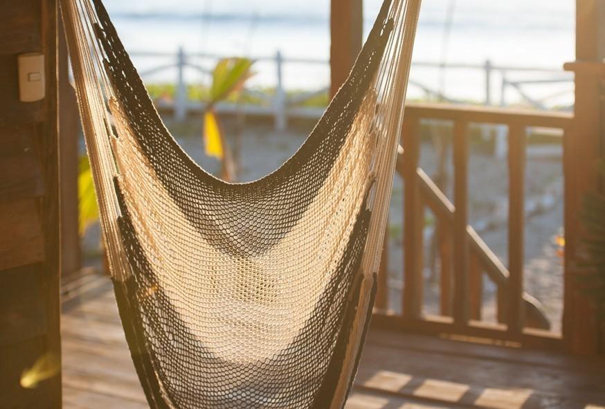 Couché de soleil dans un hamac avec la vue sur la mer, très dépaysant pour la saison des Fêtes