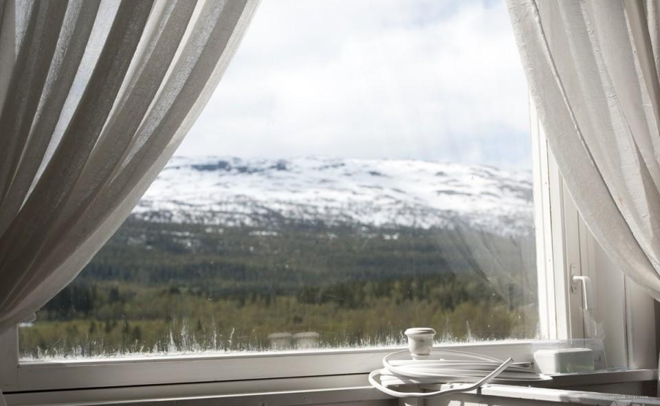 vue sur les montagnes de la fenêtre du salon