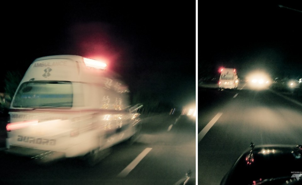 Ambulance qui roule à toute allure dans la banlieue de Dar es Salaam